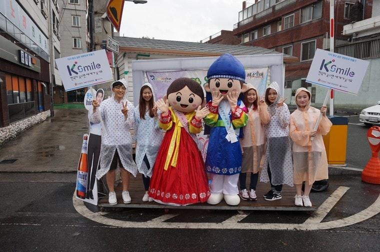 K스마일 캠페인에 함께 참여한 대학생 미소국가대표